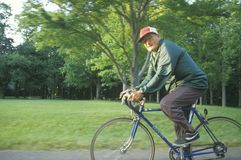 El montar en bicicleta masculino mayor del ciudadano Foto de archivo libre de regalías