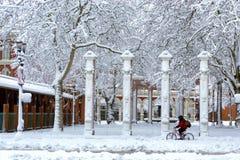 El montar en bicicleta a través de la nieve Fotografía de archivo libre de regalías
