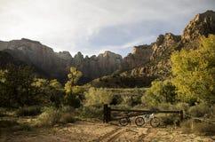 El montar en bicicleta a través de Utah Imagen de archivo libre de regalías