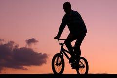 El montar en la puesta del sol Fotos de archivo libres de regalías