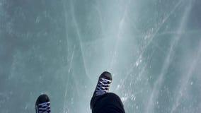 El montar en patines Patinaje en un lago congelado almacen de video