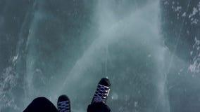 El montar en patines Patinaje en un lago congelado almacen de metraje de vídeo