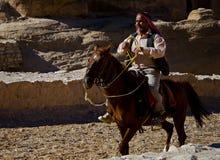 El montar en un caballo foto de archivo libre de regalías
