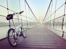 El montar a través de puente colgante Imagen de archivo