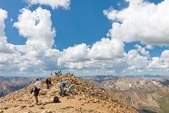 Caminantes en la cumbre del Monte Elbert Imagenes de archivo
