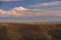 El monte Elbrus en el sol del otoño en la puesta del sol Foto de archivo