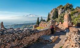 El monte Etna, de Teatro Greco, en Taormina imagenes de archivo