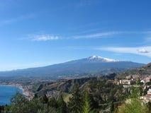 El monte Etna a través del valle de Taormina Foto de archivo