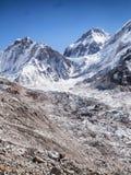 El monte Everest y campo bajo Fotos de archivo libres de regalías