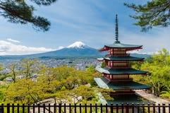 El monte Fuji con el cielo claro en el lago Kawakuchigo Foto de archivo