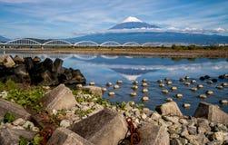 El monte Fuji con el puente Foto de archivo libre de regalías
