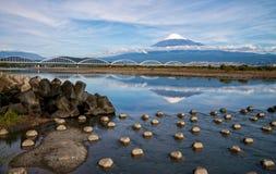 El monte Fuji con el puente Foto de archivo
