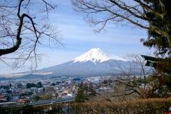El monte Fuji de la opinión de la pagoda de Chereito Foto de archivo