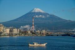 El monte Fuji y fábrica Fotografía de archivo
