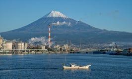 El monte Fuji y fábrica Foto de archivo libre de regalías