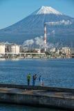 El monte Fuji y fábrica Imagen de archivo libre de regalías