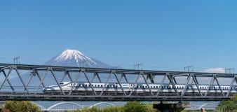 El monte Fuji y tren de alta velocidad Fotos de archivo libres de regalías