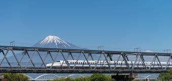 El monte Fuji y tren de alta velocidad Imagen de archivo