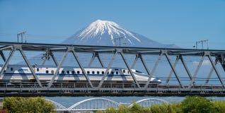 El monte Fuji y tren de alta velocidad Foto de archivo
