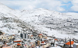 El monte Hermón y el pueblo del Druze de los impostores de Majdal Imágenes de archivo libres de regalías