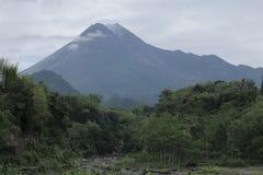 El monte Merapi imagenes de archivo