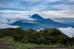 El monte Merapi y Merbabu en el fondo tomado del soporte Prau foto de archivo libre de regalías