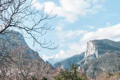 El monte Olimpo según lo visto de la tierra cubierta en nubes fotos de archivo libres de regalías