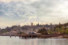 El Monte Rainier sobre la ciudad del estado de Tacoma Washington imagenes de archivo