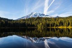 El Monte Rainier y lago reflection Imagenes de archivo