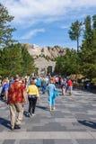 EL MONTE RUSHMORE, PIEDRA ANGULAR, DAKOTA DEL SUR, LOS E.E.U.U. - 20 DE JULIO DE 2017: Los visitantes caminan a lo largo de la av fotografía de archivo
