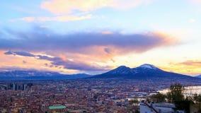 El monte Vesubio. Amanecer sobre Nápoles. Lapso de tiempo metrajes