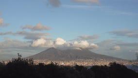 El monte Vesubio en la puesta del sol - inclinación almacen de metraje de vídeo