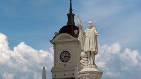 El monumento al explorador Christopher Columbus y la torre con el reloj en la Columbus ajustan el hyperlapse del timelapse metrajes