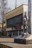 El monumento al piloto de la defensa aérea delante de la casa anterior de oficiales en el oblast de Balashikha Zarya Moscú Fotografía de archivo libre de regalías