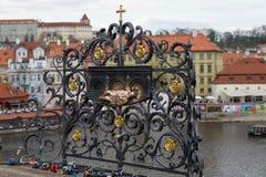 El monumento de Juan de Nepomuk en Charles Bridge Imagenes de archivo