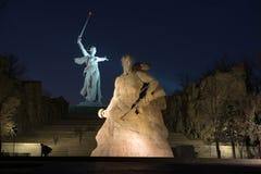El monumento de la patria llama en el complejo conmemorativo de Mamayev Kurgan Imagen de archivo