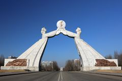 El monumento de la reunificación en Pyongyang Imagenes de archivo