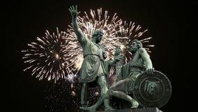 El monumento de Minin y de Pojarsky fue erigido en 1818 y los fuegos artificiales, Plaza Roja en Moscú, Rusia metrajes