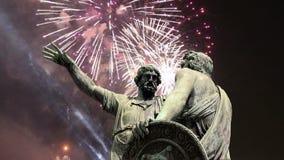 El monumento de Minin y de Pojarsky fue erigido en 1818 y los fuegos artificiales, Plaza Roja en Moscú, Rusia almacen de metraje de vídeo