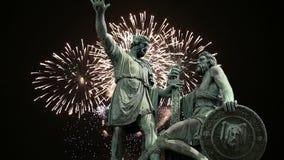 El monumento de Minin y de Pojarsky fue erigido en 1818 y los fuegos artificiales, Plaza Roja en Moscú, Rusia almacen de video