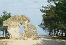 El monumento de piedra beige que se coloca en la costa en Letonia Fotografía de archivo