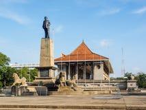 El monumento del primer primer ministro de Sri Lanka delante de la independencia Pasillo Fotos de archivo
