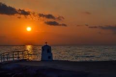 El monumento del puerto deportivo de Agia se ahogó por el mar en la puesta del sol Grecia foto de archivo libre de regalías
