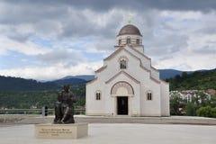 El monumento a Petar II Petrovich Njegosh está instalado en el cuadrado delante de la iglesia de príncipe Lazarus del St Foto de archivo