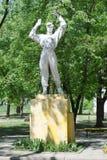 El monumento viejo al atleta Foto de archivo libre de regalías
