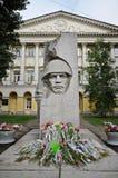 El monumento y las flores de guerra fuera de la Moscú indican la universidad lingüística Imagen de archivo libre de regalías