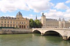 El monumento y el río pescan con jábega en París, Francia Imagen de archivo