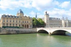 El monumento y el río pescan con jábega en París, Francia Fotos de archivo libres de regalías