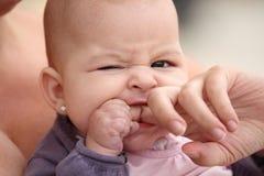 El morder del bebé Imagenes de archivo