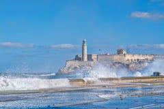 El Morro堡垒和灯塔在有海的哈瓦那挥动crshing在防波堤 库存照片